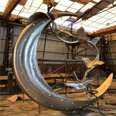 宁德不锈钢镜面月牙上的鹤雕塑 室外月亮景观制作图